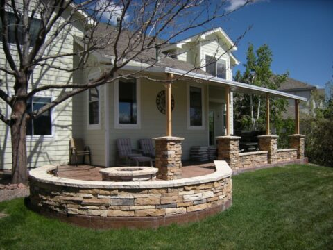 Curved cocnrete wall with 4 pillars and firepit