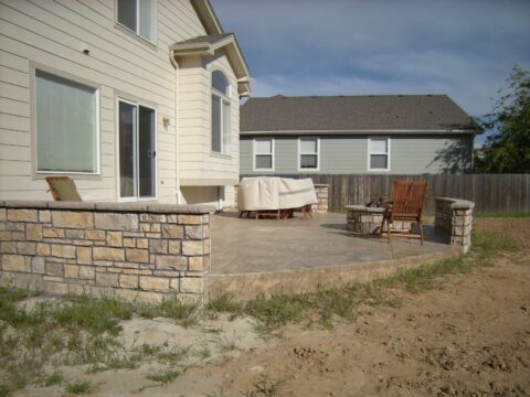 semi circlular patio with walls